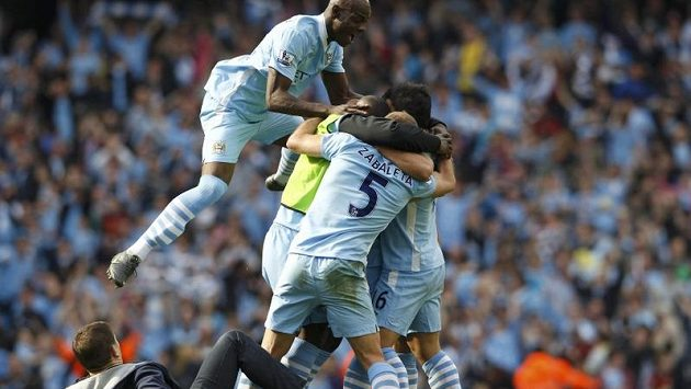 Mario Balotelli (vlevo) se raduje se spluhráči z Manchesteru City z titulu v anglické Premier League.
