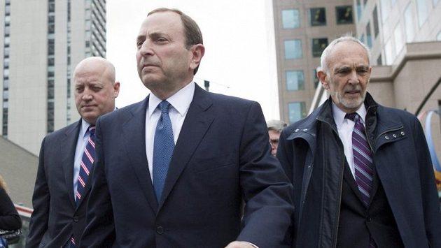 Zástupce komisionáře NHL Bill Daly (zcela vlevo) přichází na jednání s hráči.