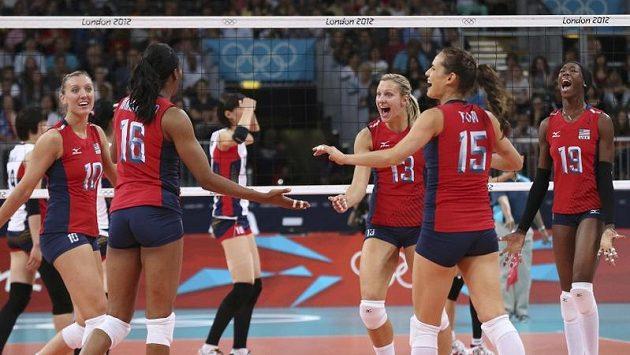 Volejbalistky USA oslavují získaný bod v duelu s Korejskou republikou