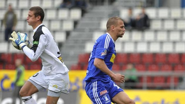 Teplický brankář Tomáš Grigar (vlevo) a olomoucký Adam Varadi