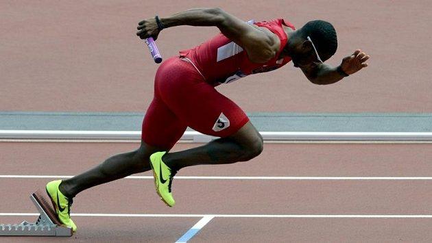 Americký atlet Manteo Mitchell rozbíhal americkou štafetu na 4x400 m