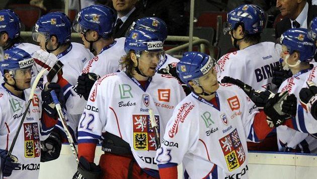 Čeští hokejisté se radují z branky, kterou vstřelili do lotyšské sítě.