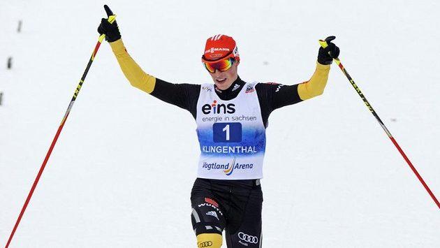 Německý sdruženář Eric Frenzel se raduje z vítězství v Klingenthalu.