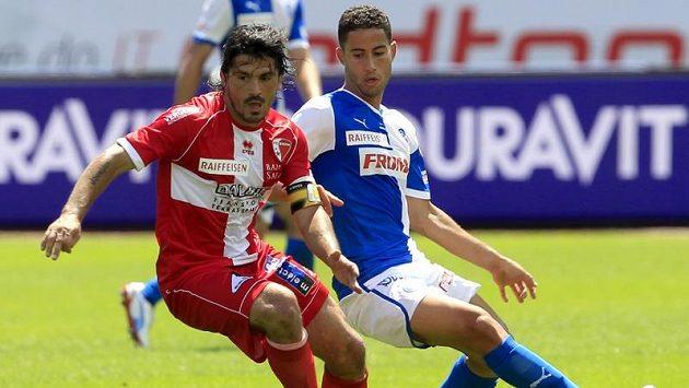 Nassim Ben Khalifa (vpravo) z Grasshopper Curych v souboji s Gennarem Gattusem z FC Sion
