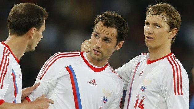 Roman Širokov (uprostřed) se raduje se spoluhráči Kontantinem Zyryanovem (vlevo) a Romanem Pavljučenkem z branky do italské sítě.