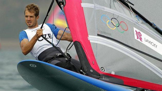 Karel Lavický se svým windsurfařským prknem během jedné z rozjížděk třídy RS-X na olympijksých hrách v Londýně.