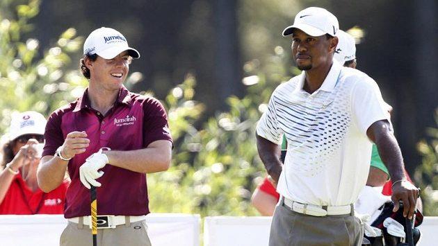 Golfisté Tiger Woods (vpravo) a Rory McIlroy