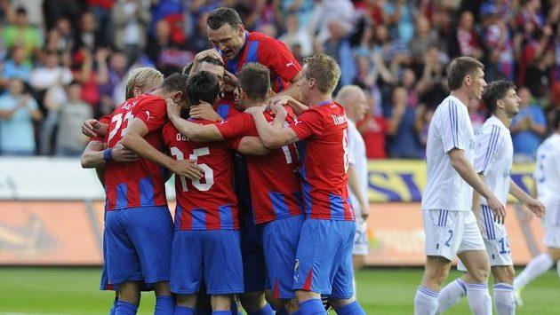 Fotbalisté Plzně se radují z branky do sítě Chorzówa.
