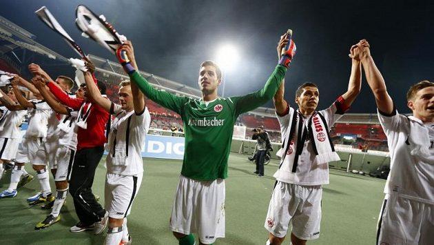 Fotbalisté Eintrachtu Frankfurt se radují po výhře v Norimberku
