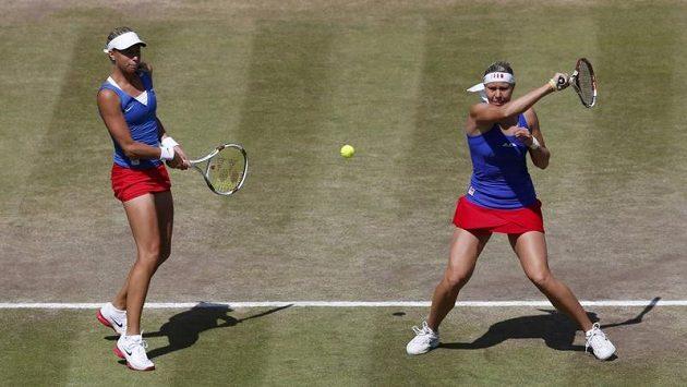 Tenistky Lucie Hradecká (vpravo) a Andrea Hlaváčková v utkání proti americkému páru Huberová, Raymondová
