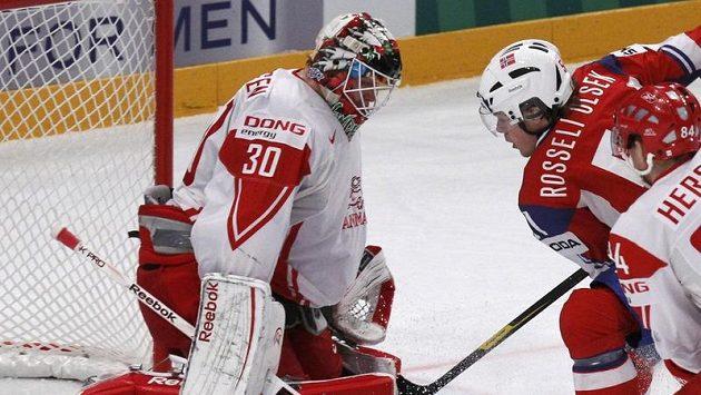 Nor Mats Rosseli Olsen se snaží překonat dásnkého gólmana Philipa Hersbyho.