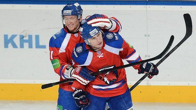 Marcel Hossa (vlevo) a Tomáš Surový se radují z gólu Lva.