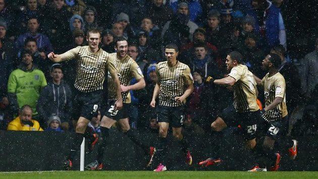 James Hanson (vlevo), střelec gólu Bradfordu v odvetě semifinále anglického Ligového poháru s Aston Villou, slaví se svými spoluhráči.