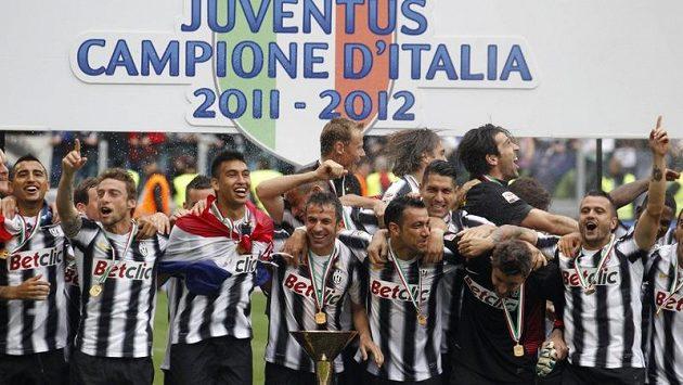 Fotbalisté Juventusu slaví mistrovský titul.