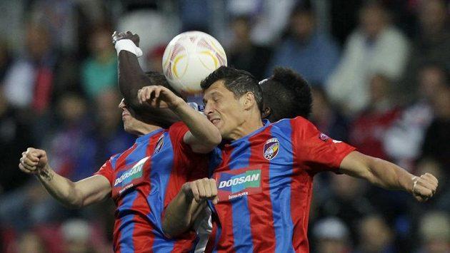 Plzeňský Marian Čišovský (vpravo) dostal v Teplicích už po třinácti minutách červenou.