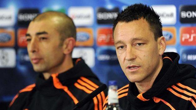 John Terry (vpravo) a trenér Chelsea Roberto Di Matteo