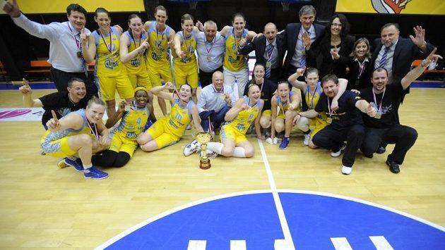 Hlavní opory USK Praha Petra Kulichová (čtvrtá stojící zleva) a po její levici Eva Vítečková
