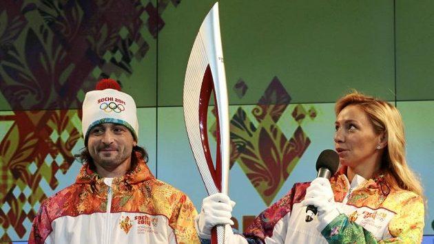 Ruská olympijská pochodeň odolá větru i dešti.