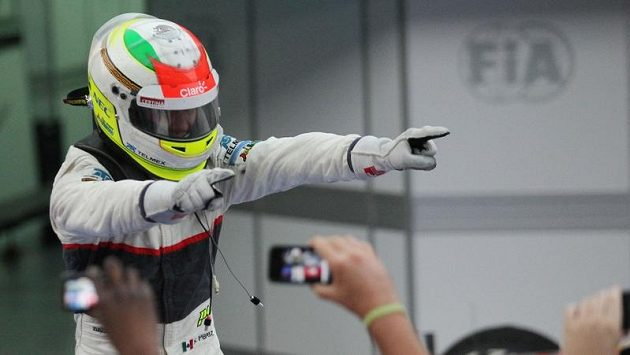 Mexičan Sergio Pérez se raduje ze druhého místa na Velké ceně Malajsie.