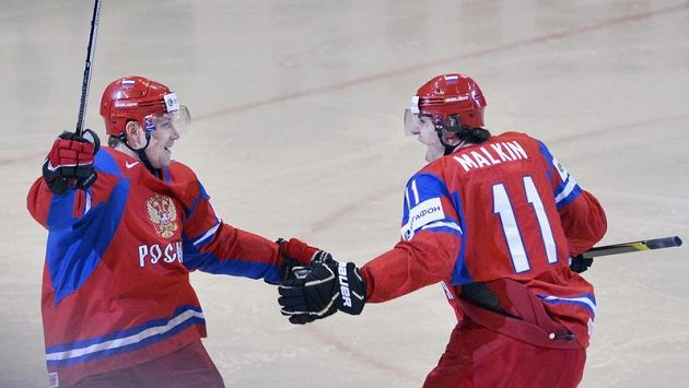 Alexander Pěrežogin (vlevo) a Jevgenij Malkin z Ruska se radují z gólu.