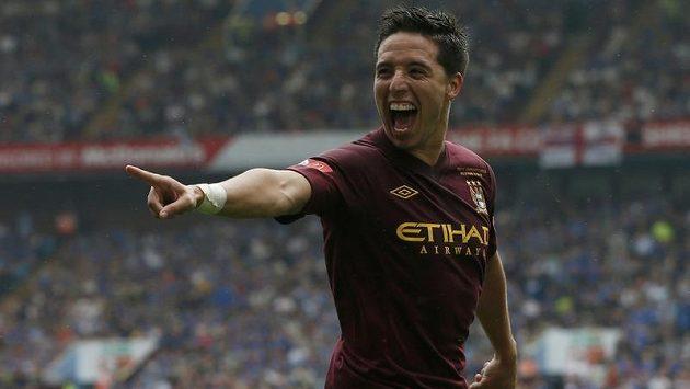 Nasri z Manchesteru City slaví třetí gól v síti Chelsea.