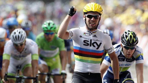 Cyklista Mark Cavendish se raduje z vítězství ve druhé etapě Tour de France.