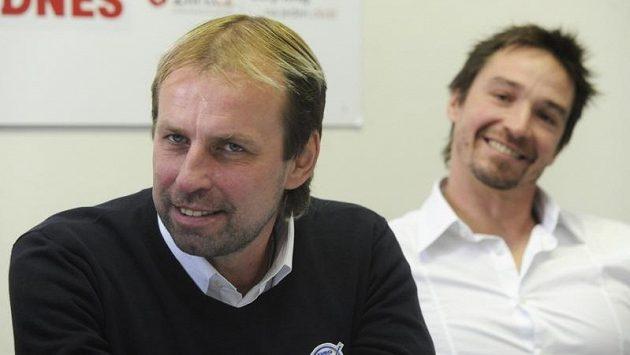 Trenér Zlína Rostislav Vlach (vlevo) a kapitán týmu Petr Čajánek před benefičním zápasem s Jaroslavlí na památku Karla Rachůnka.