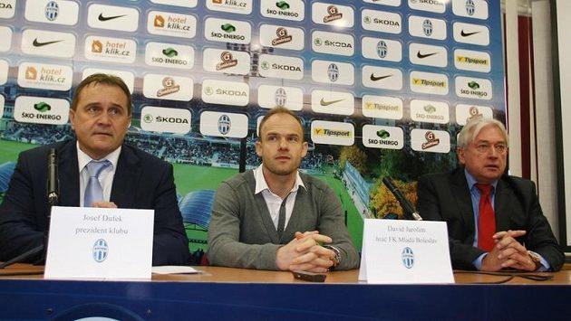 Zleva prezident klubu FK Mladá Boleslav Josef Dufek, David Jarolím a jeho agent Pavel Paska na tiskové konferenci.