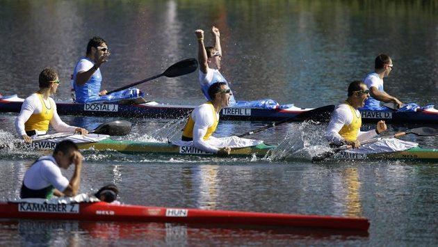 Český čtyřkajak (vzadu zprava) Daniel Havel, Lukáš Trefil, Josef Dostál a Jan Štěrba (mimo záběr) oslavuje zisk olympijského bronzu.