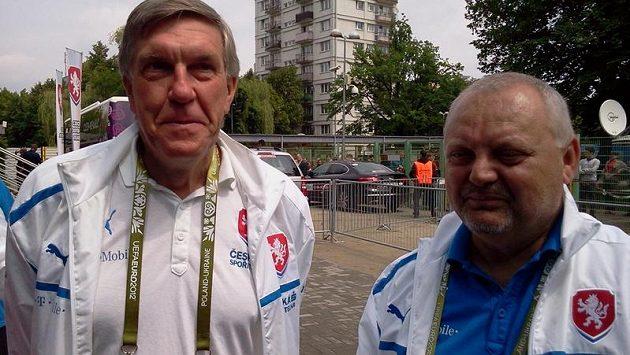 Lékař fotbalové reprezentace Petr Krejčí (vlevo) a vedoucí národního týmu Jaroslav Dudl během ME 2012 v Polsku.