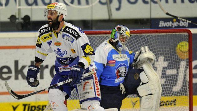 Hokejisté Komety Brno nasázeli gólmanovi Plzně Adamu Svobodovi v úvodním semifinále čtyři góly.