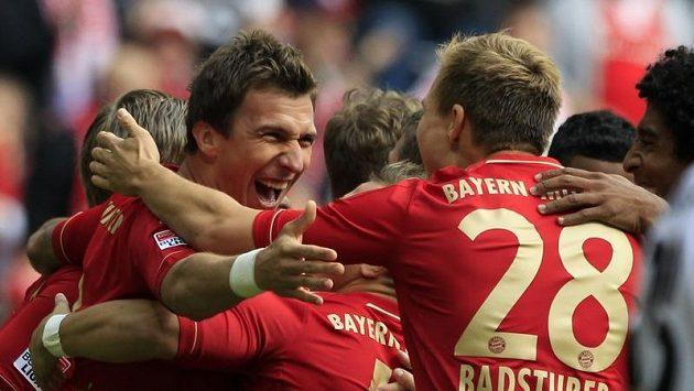 Fotbalisté Bayernu Mnichov se radují z branky.