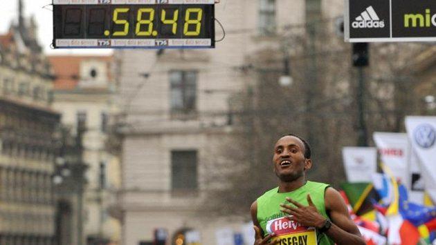 Atsedu Tsegay z Etiopie zvítězil v pražském půlmaratonu.