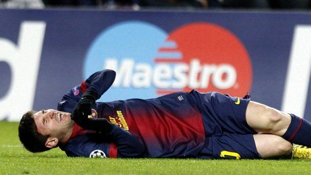 Lionel Messi po srážce s brankářem Benfiky.