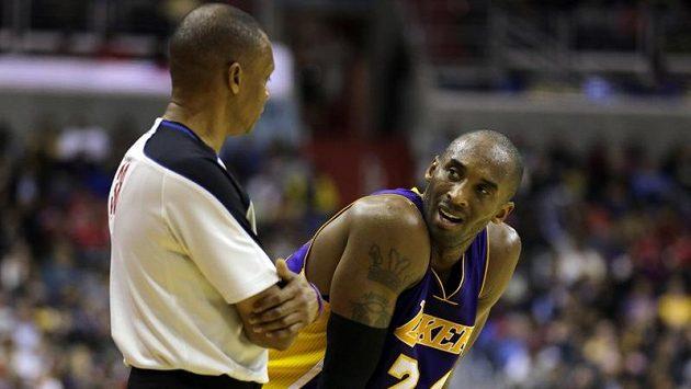 Kobe Bryant z LA Lakers mluví během utkání s Washingtonem s rozhodčím.