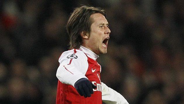 Tomáš Rosický z Arsenalu se raduje z branky