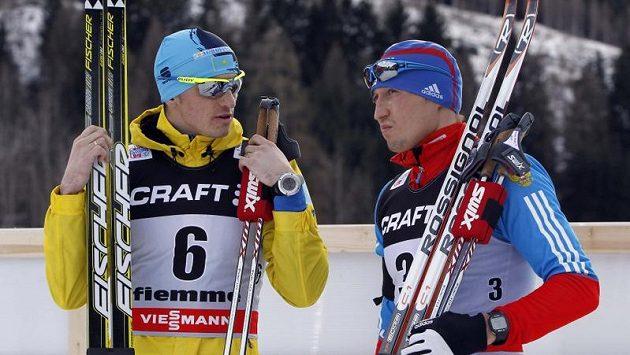 Alexej Poltoranin (vlevo) a Alexander Legkov hovoří po sobotní etapě Tour de Ski na 15 kilometrů klasicky.