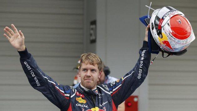 Němec Sebastian Vettel zdraví diváky po dojezdu kvalifikace.