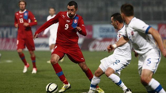 Michal Ordoš (vlevo) se snaží vyhnout Radoslavu Zabavníkovi (uprostřed) a Lubomíru Guldanovi ze Slovenska.