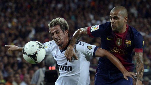 Daniel Alves z Barcelony (vpravo) bojuje o míč s Fabiem Coentraem z Realu Madrid.