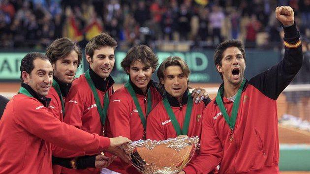 Španělští tenisté se radují ze zisku Davisova poháru.