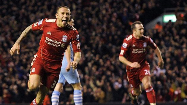 Craig Bellamy se raduje z vyrovnávacího gólu do sítě Manchesteru City, který potvrdil postup do finále Ligového poháru.