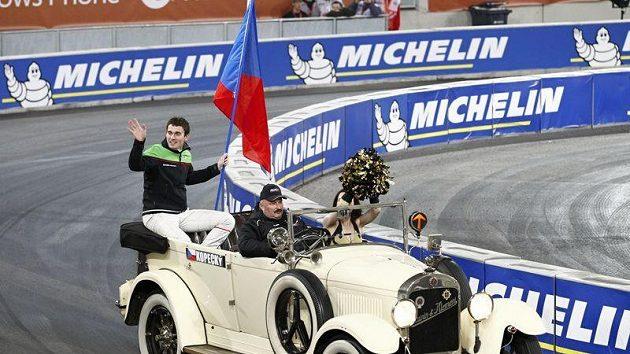 Jan Kopecký se divákům v Düsseldorfu představil s veteránem automobilky Laurin a Klement, která byla předchůdcem Škody.