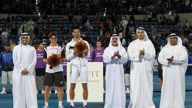 Novak Djokovič a David Ferrer pózují s trofejí od novoborských sklářů pro finalisty exhibičního turnaje v Abú Zabí.