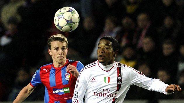 Emanuelson z AC Milán (vpravo) před Vladimírem Daridou z Plzně