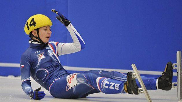Zklamání ve tváři rychlobruslařky Kateřiny Novotné po pádu v závodu na 1500 metrů na ME v Mladé Boleslavi.