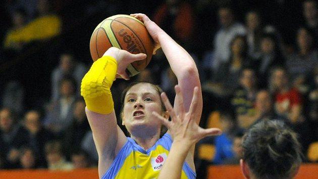 Lindsay Whalenová z USK(vlevo) a Edita Sujanová z Györu v utkání Evropské ligy.