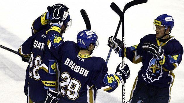 Hokejisté Kladna se radují z branky.