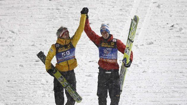Vítěz Turné čtyř můstků Gregor Schlierenzauer (vpravo) se raduje se svým krajanem Thomasem Morgensternem.