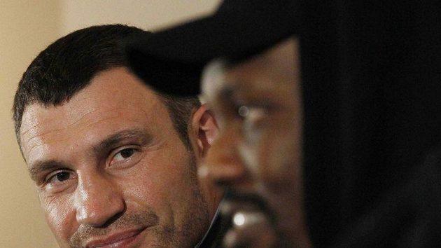 Vitalij Kličko (vlevo) a Derek Chisora během tiskové konference v Londýně.